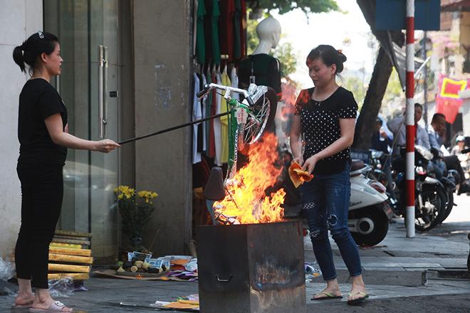Đốt vàng mã Rằm tháng 7, đường phố Hà Nội như lò nung - 10