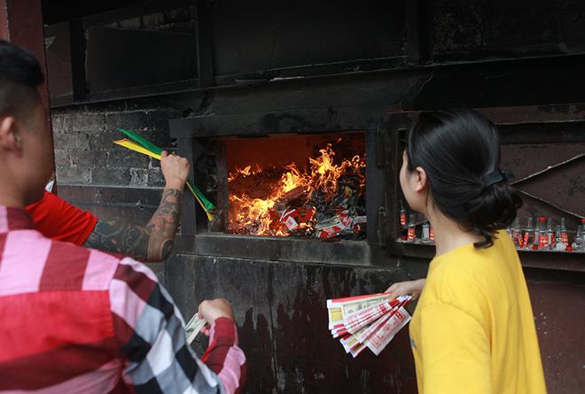 Đốt vàng mã Rằm tháng 7, đường phố Hà Nội như lò nung - 9