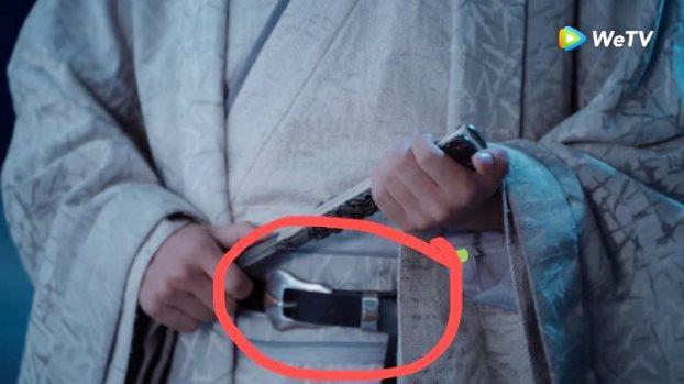 Thắt lưng hàng hiệu, quạt điện mini xuất hiện nhan nhản trong phim cổ trang TQ - 1