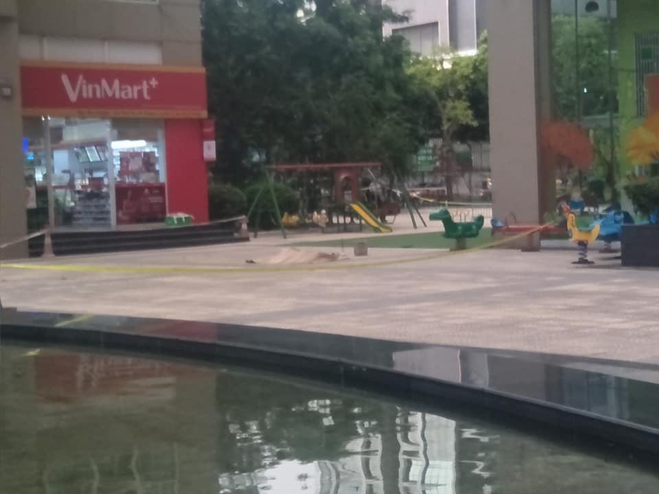 Người dân phát hoảng thấy một thi thểtrước sảnh chung cư ở Hà Nội - 1