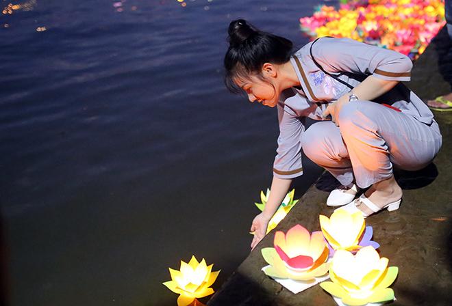 """""""Biển người"""" đi thả hoa đăng báo hiếu, sông Sài Gòn rực sáng dịp lễ Vu Lan - 10"""