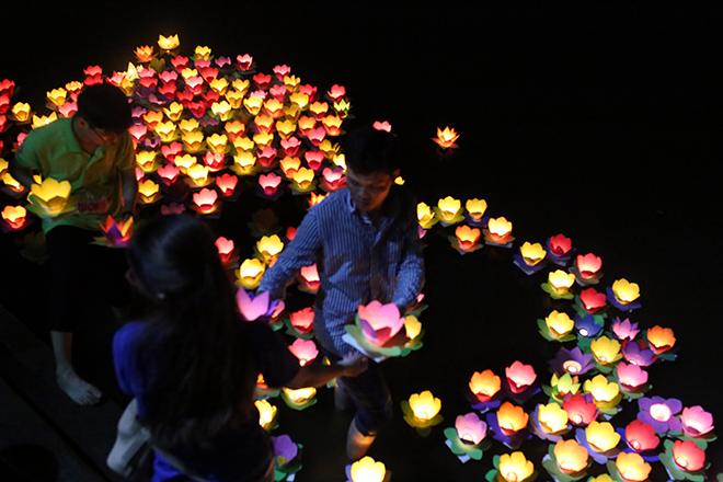 """""""Biển người"""" đi thả hoa đăng báo hiếu, sông Sài Gòn rực sáng dịp lễ Vu Lan - 11"""