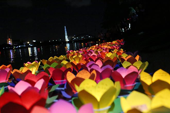 """""""Biển người"""" đi thả hoa đăng báo hiếu, sông Sài Gòn rực sáng dịp lễ Vu Lan - 13"""