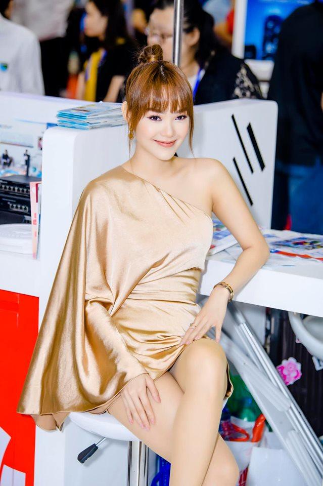 Minh Hằng đẹp nhất tuần với váy lụa bất đối xứng - 1