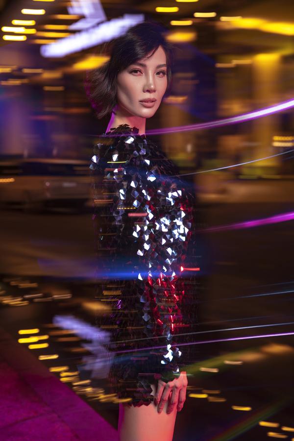Cựu siêu mẫu Vũ Cẩm Nhung gợi ý phối đồ dạo phố với trang phục đơn sắc - 1