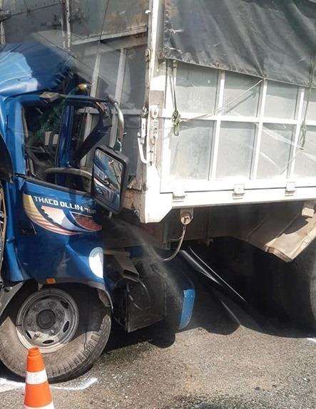 Đâm vào đuôi xe dừng trên cao tốc, tài xế xe tải tử vong trong cabin bẹp dúm - 1