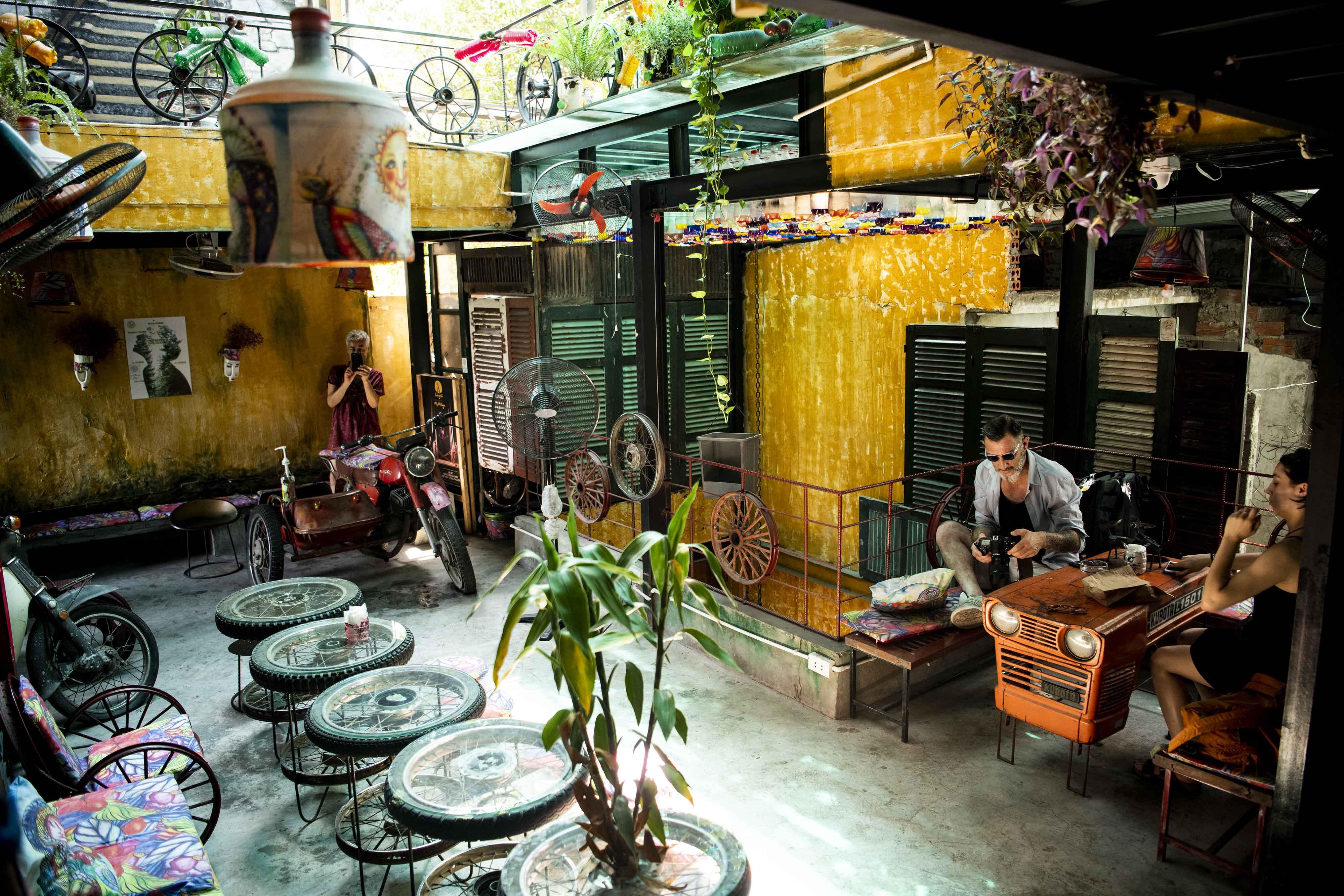 Ngắm quán cà phê đẹp không tưởng nhờ... rác thải - 11