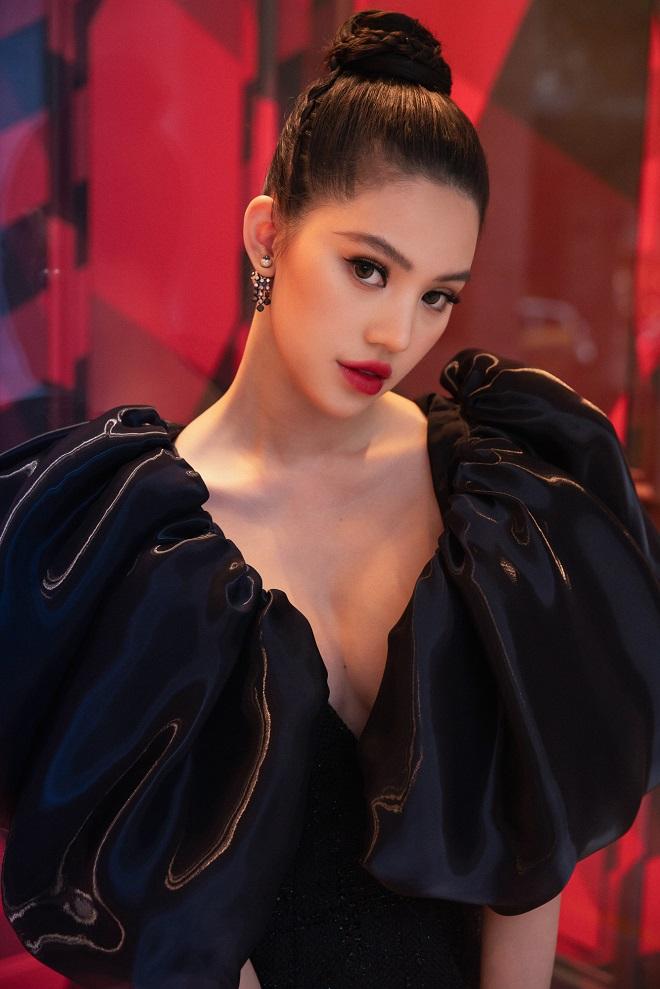 Đội mưa đi sự kiện, Hoa hậu Jolie Nguyễn đốt mắt người nhìn bởi vòng 1 lấp ló - 1