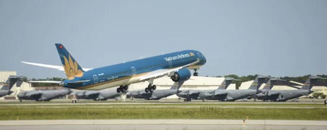 """Cận cảnh """"siêu máy bay"""" Boeing 787-10 lớn nhất Việt Nam đáp xuống Nội Bài - 1"""