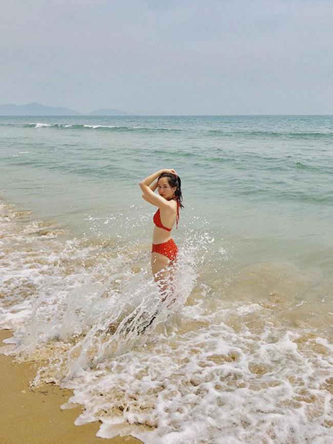 """Mới đây nữ diễn viên trẻ Trúc Anh của dự án phim điện ảnh """"Mắt biếc"""" bất ngờ chia sẻ ảnh bikini bên bãi biển. Cư dân mạng trầm trồ trước body gợi cảm hiếm khi được ngôi sao 9X này đăng tải trên mạng."""