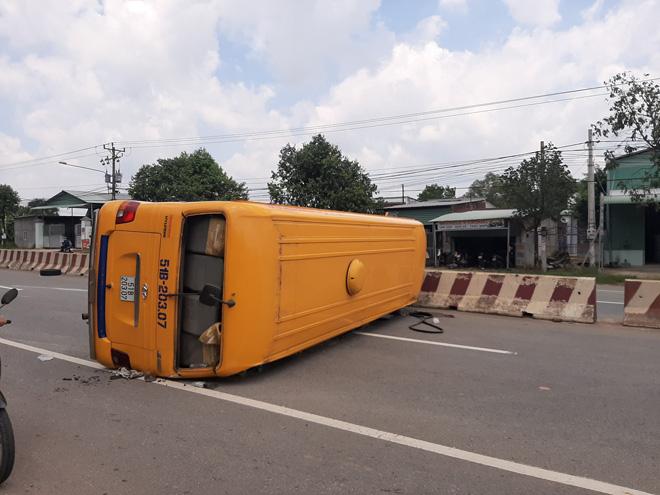 Ô tô  khách lật chắn ngang đường, nhiều người bị thương - 1