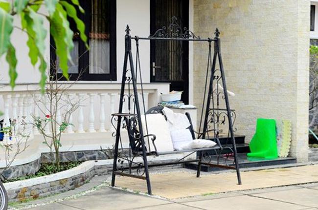 Chiếc ghế xích đu đặt ngoài sân vườn là nơi giúp nữ diễn viên và con trai thư thái.