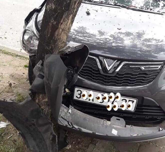 Vinfast Fadil đâm thẳng vào gốc cây vì bị nhầm chân ga - 1