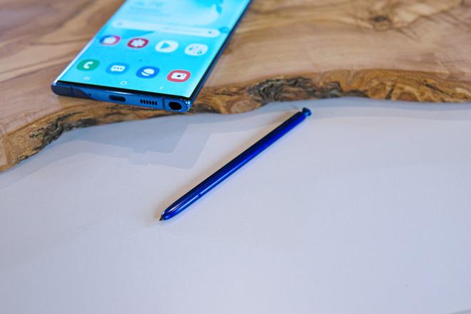 """Cặp Galaxy Note10 có gì khác so với """"anh em"""" nhà iPhone Xs - 1"""