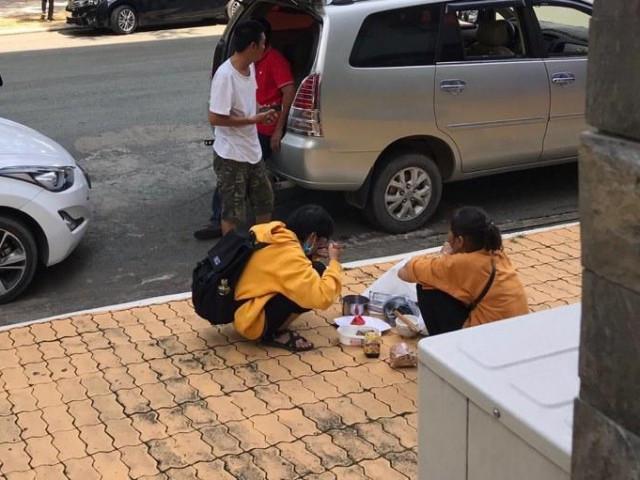 Cảm động hình ảnh 2 mẹ con ngồi ăn cơm ngay giữa sân trường ngày nhập học