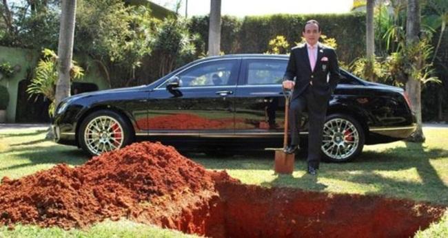 Mấy ngày gần đây, cư dân mạng liên tục chia sẻ câu chuyện về một vị đại gia chôn siêu xe Bentley. Nhưng câu chuyện đằng sau mới khiến người ta xúc động.