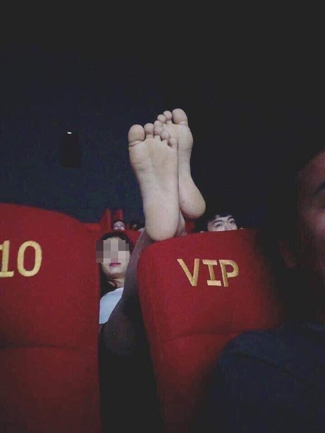 Gái trẻ mặc váy ngắn cũn cỡn nằm ngả ngớn ở rạp chiếu phim gây bức xúc - 1