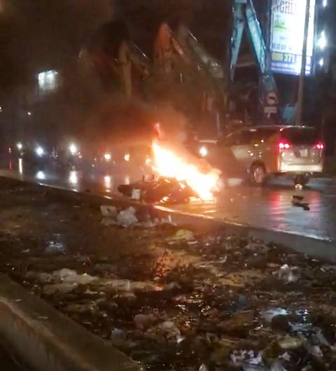 Hai người bất động bên cạnh xe máy bốc cháy sau va chạm khủng khiếp - 1