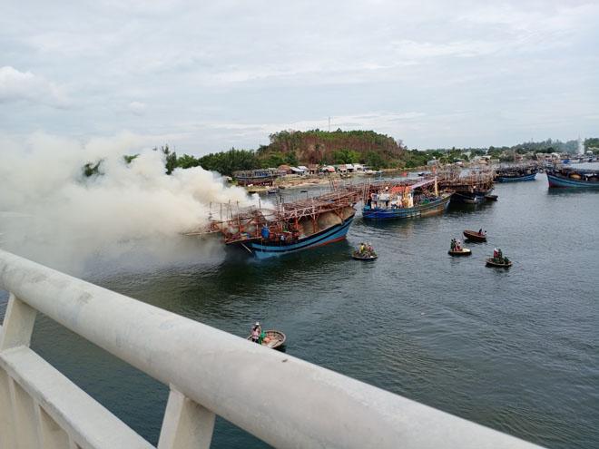 """""""Bà hỏa"""" thiêu rụi tàu câu mực bạc tỷ của ngư dân Quảng Ngãi - 1"""