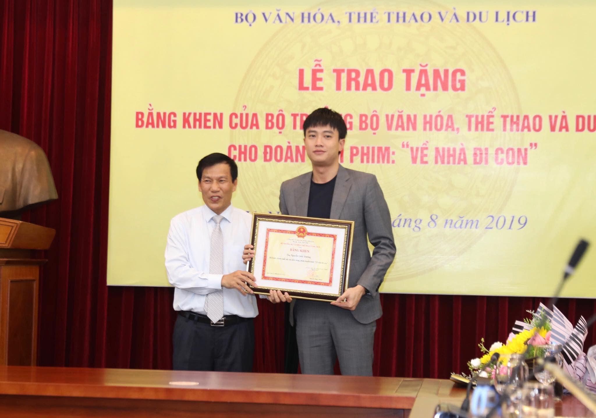 """Quốc Trường, Bảo Thanh nhận bằng khen của Bộ trưởng sau phim """"Về nhà đi con"""" - 1"""