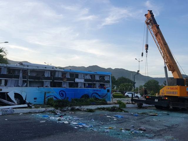 Tai nạn xe khách ở Khánh Hòa: Nạn nhân khóc kể phút bò khắp xe tìm cha