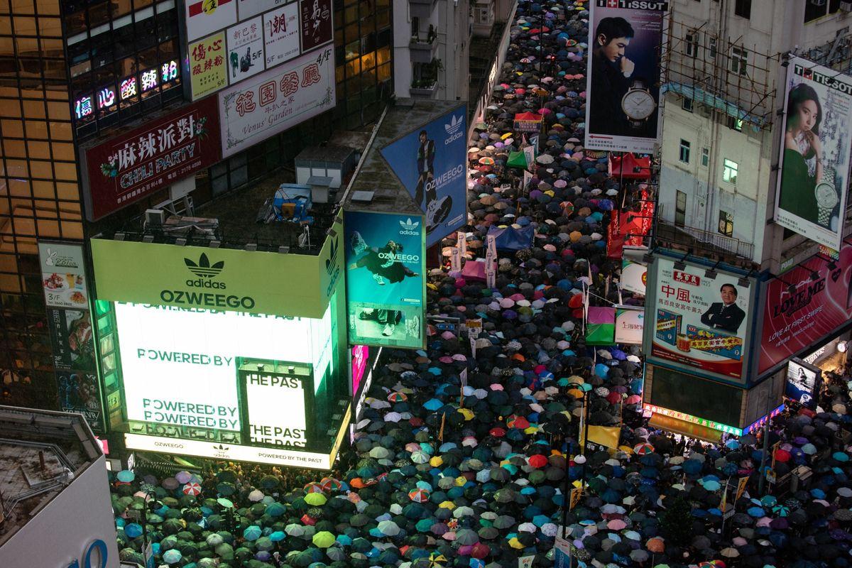 Hồng Kông điêu đứng khi đại gia vàng trốn chạy tìm nơi trú ẩn mới - 1