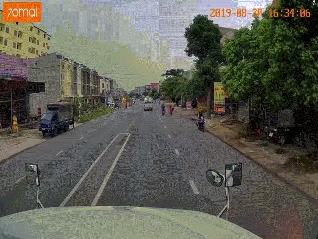 Video: Hãi hùng giây phút trẻ nhỏ lao thẳng vào đầu xe container