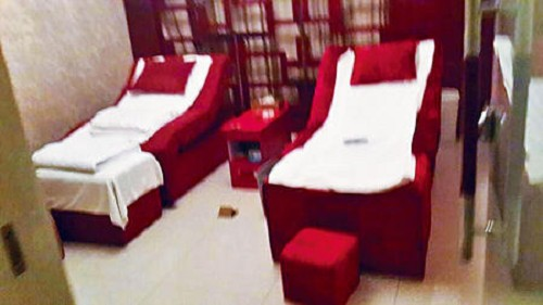 Vào khách sạn của trường mát-xa, nam sinh sốc nặng khi thấy tiếp viên lột đồ - 1