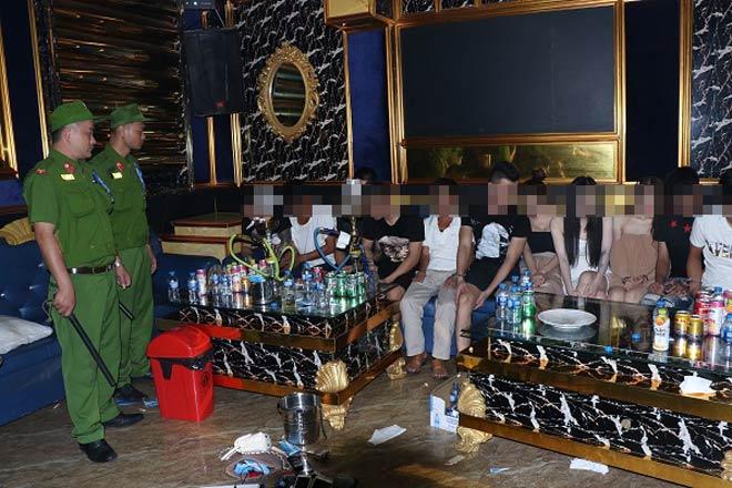 """6 """"chân dài"""" thác loạn cùng 14 nam giới trong phòng vip karaoke - 1"""