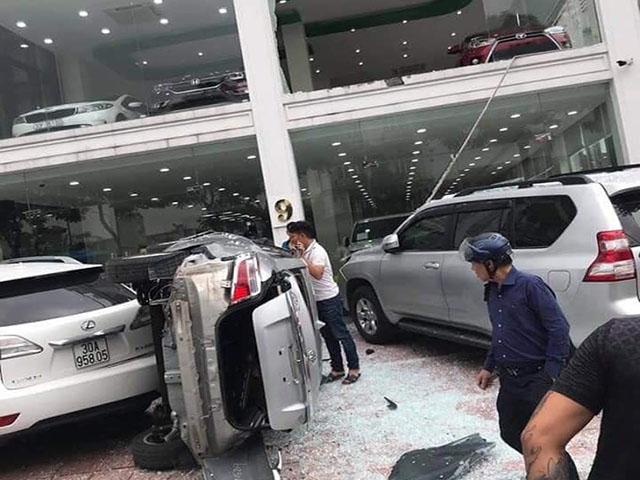 Nhân viên showroom điều khiển xe trên tầng 2 lỡ chân lao thẳng xuống đường