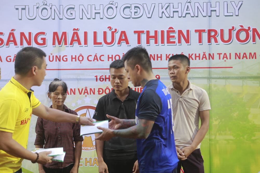 Tuấn Hưng - Vũ Duy Khánh về Nam Định thắp hương cho nữ CĐV tử nạn - 3
