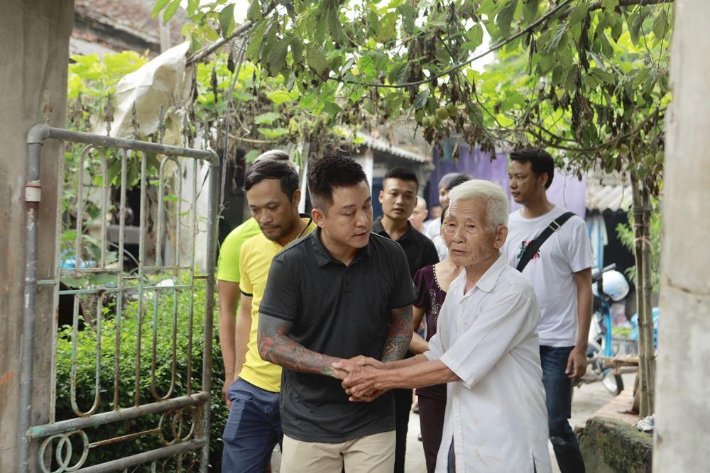 Tuấn Hưng - Vũ Duy Khánh về Nam Định thắp hương cho nữ CĐV tử nạn - 1
