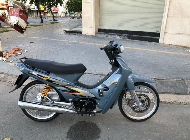 Honda Wave đời cũ này được một dân chơi xe ở Sài Gòn sưu tầm và lên đồ chơi. Hiện chiếc xe được rao bán với giá gây sốc: 145 triệu VNĐ.