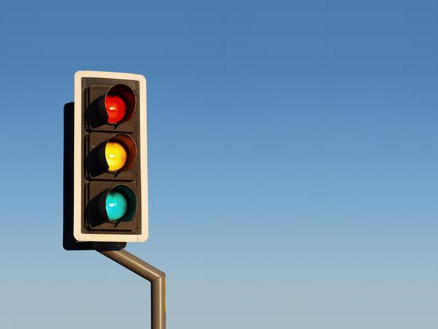 Rẽ phải khi đèn đỏ có vi phạm luật giao thông hay không?