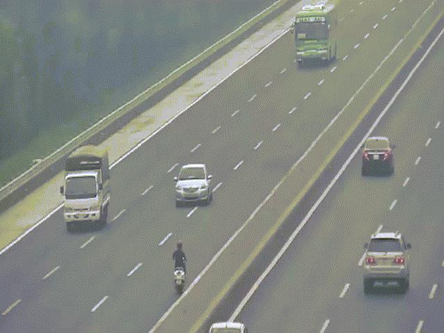Sốc thanh niên chạy xe máy kiểu đối đầu ô tô suốt 10km trên cao tốc
