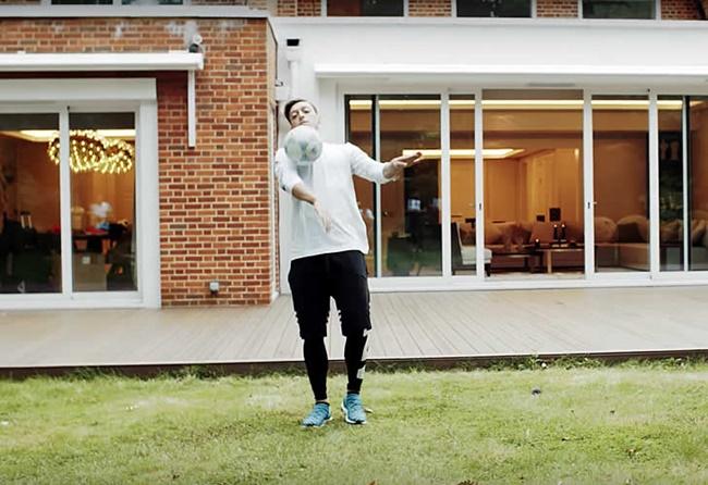 """Sinh năm 1988, Mesut Ozil là một cầu thủ tài năng từng được mệnh danh là """"vua kiến tạo"""", hiện chơi cho câu lạc bộ bóng đá Arsenal với mức lương140.000 bảng/tuần (~3,9 tỷ/tuần)."""