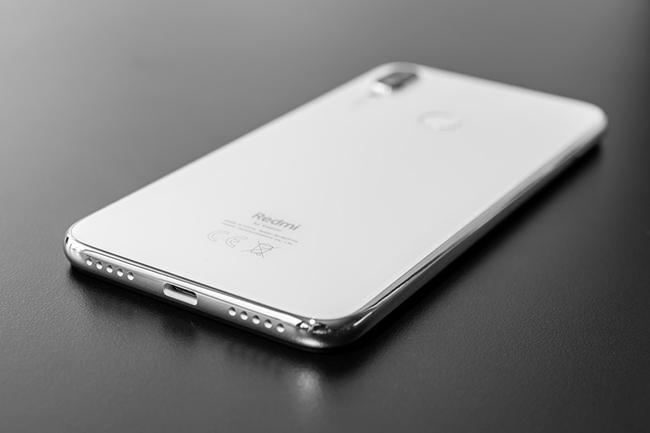 Mặt lưng màu trắng với lớp kính Gorilla Glass 5 trên Redmi Note 7 dưới những điều kiện ánh sáng khác nhau sẽ phản chiếu những đường sáng lấp lánh.