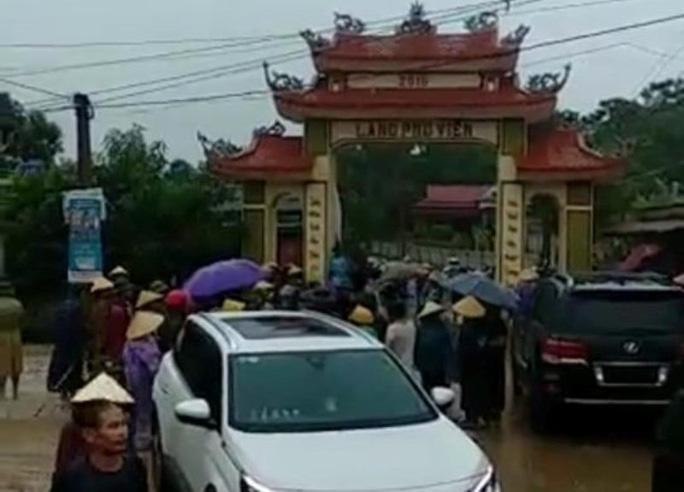 Vụ dân vây côn đồ đập phá cổng làng: Tạm giữ xe sang Lexus 570 biển số 299.99 - 1