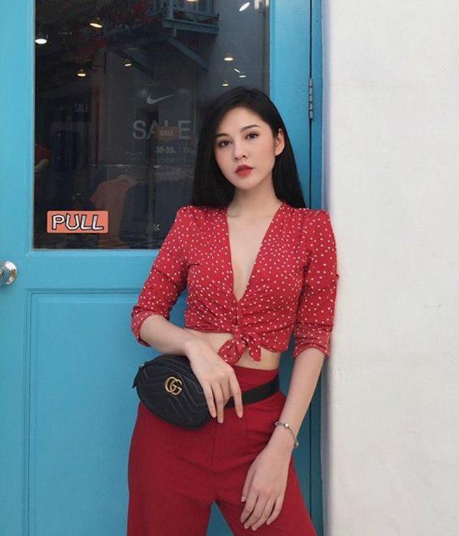 Phong cách thời trang của Thu Hoài được đánh giá cao qua khả năng mix & match, cô biết dùng những món đồ phụ kiện hàng hiệu để nhấn nhá trong từng outfit với mức giá bình dân.