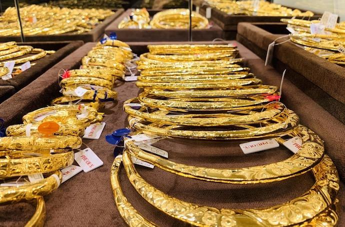 Giá vàng hôm nay 26/8: Vàng chính thức phá đỉnh, vượt mốc 43 triệu - 1