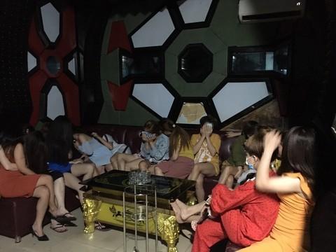 Nữ quản lý môi giới cho nhân viên quán karaoke bán dâm - 1