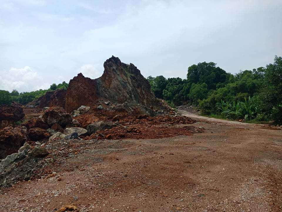 Vụ dân vây nhóm đi ô tô phá cổng làng ở Thanh Hóa: Từ mỏ đất gây ô nhiễm - 1