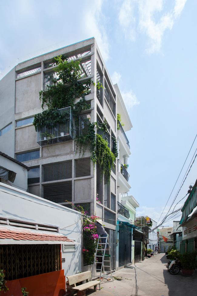 Ngôi nhà được xây dựng ở ngoại ô thành phố Hồ Chí Minh, do chủ nhân ngôi nhà muốn tránh xa cuộc sống xô bồ nơi đô thị và tìm lại không gian truyền thống cho ngôi nhà của mình.