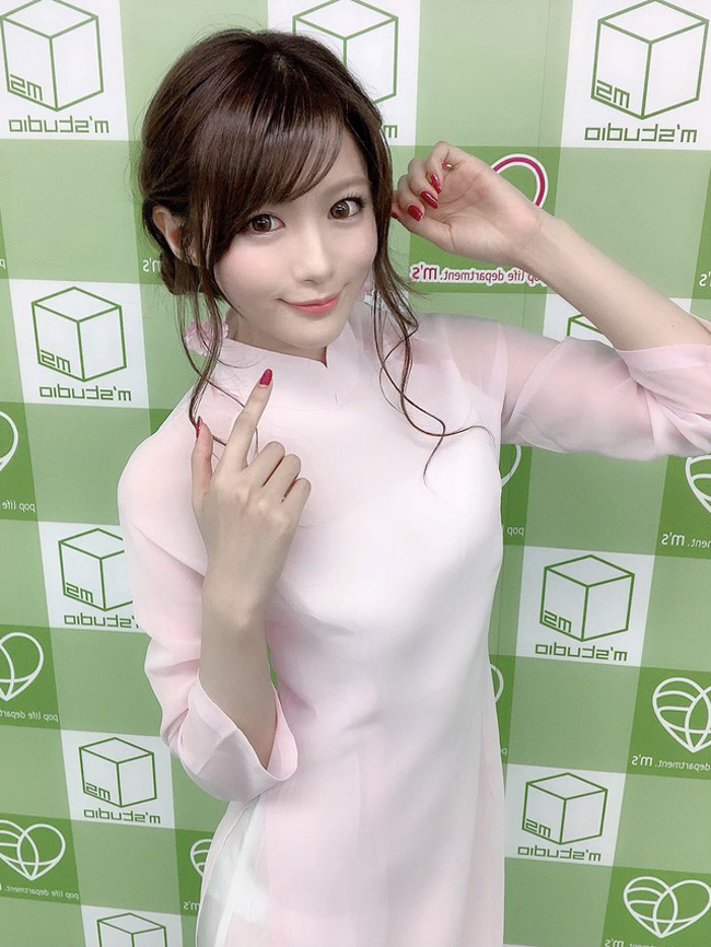 """Aizawa Minami được biết đến là """"nữ hoàng"""" phim 18+ sau khi nhận được danh hiệu nữ diễn viên xuất sắc nhất 2019 tại lễ trao giải được ví như """"Oscar dành cho diễn viên phim 18+"""" Nhật Bản vào tháng 5 vừa qua. Mới đây, người đẹp sinh năm 1996 tham gia sự kiện triển lãm Taipei Red Expo 2019 tại Đài Loan."""