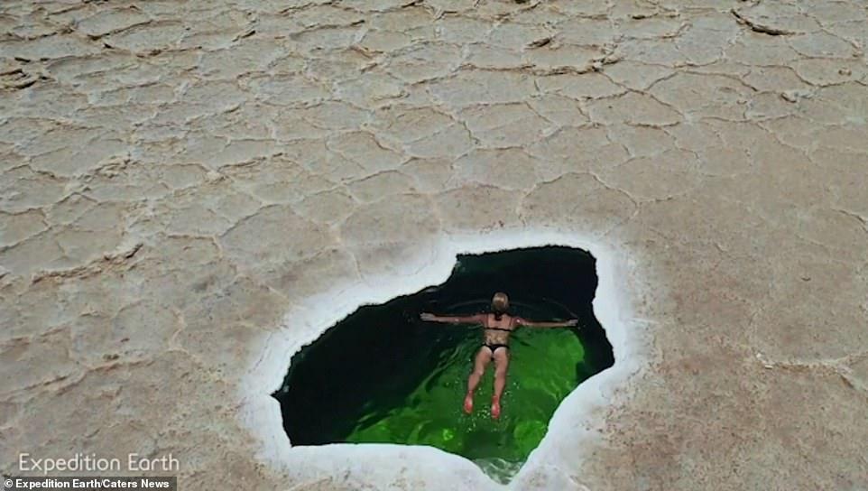 Hồ bơi tự nhiên tuyệt đẹp nằm chơ vơ giữa sa mạc muối nóng nhất thế giới - 1