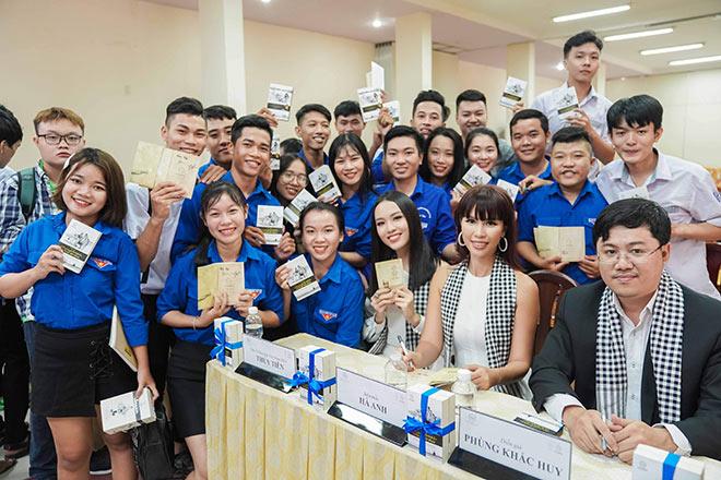 Siêu mẫu Hà Anh, người đẹp Thủy Tiên tặng sách sinh viên TP.HCM - 1