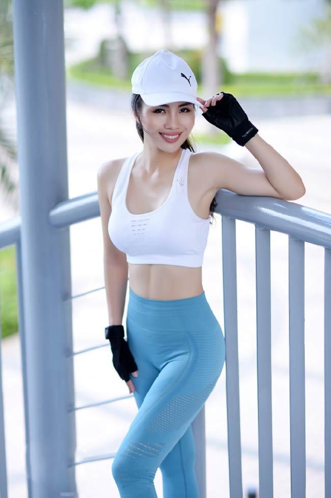 Tay đua xe hơi quốc tế Lê Nhàn có số đo 3 vòng 86-63-94 (cm) ngoài việc nhờ thói quen rèn luyện thể thao, cô còn tham gia vào lớp tập luyện chuyên biệt cho nữ Curves - một hệ thống phòng thể dục đang tạo nên trào lưu tập mới đối với các chị em.