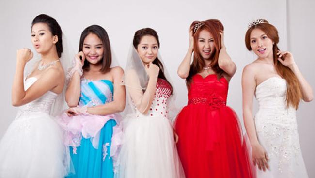 """5 người đẹp làm con của Hoài Linh trong phim hài Tết 2013 """"Nhà có 5 nàng tiên"""" sau 6 năm có nhiều thay đổi."""