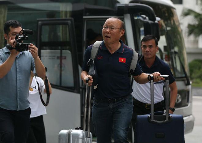 Văn Thanh, Đức Huy đeo balo chục triệu đồng trong ngày hội quân World Cup 2020 - 1