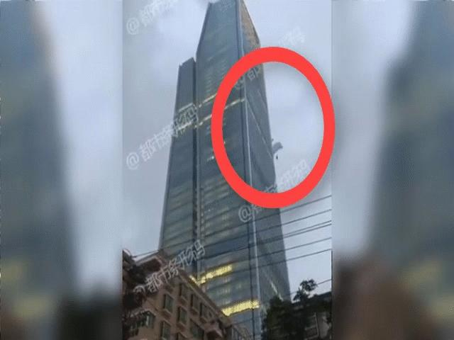 TQ: Lẻn lên tầng 66 tòa nhà nhảy dù xuống đất, lãnh hậu quả thảm khốc
